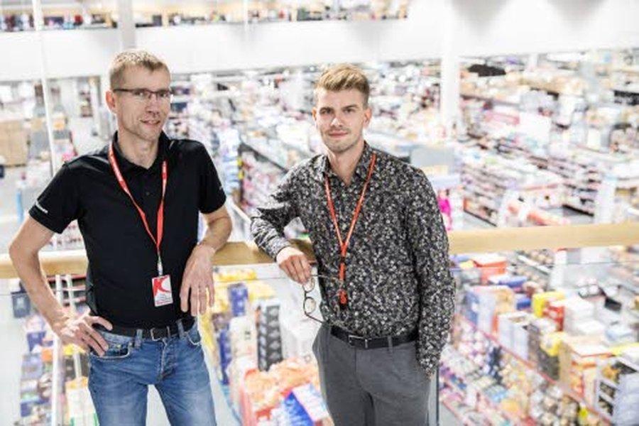 Perheyrityksen rooli vahvistui Kärkkäisellä, kun syyskuussa 2018 Juha ja Leena Kärkkäisen esikoinen Miika Kärkkäinen (kuvassa oikealla) aloitti J. Kärkkäinen Oy:n kaupallisena johtajana. Miika siirtyi tehtävään Kärkkäisen Ylivieskan tavaratalon myymäläpäällikön tehtävästä, jossa aloitti Pasi Eskola (kuvassa vasemmalla). 47-vuotias Pasi on tullut Kärkkäiselle töihin 1997, ja ajanut myös legendaarisia Kärkkäisen rekkamyymälöitä. Kärkkäiselle töihin tullessaan Pasi ajoi ensin rekkakortin Kärkkäisen rekalla.