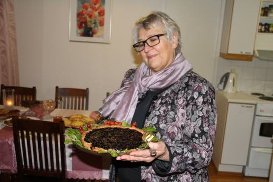 Vegaanisella margariinilla leivottu mustikkapiirakka onnistui oikein hyvin, Pirkko Takkavuori toteaa.
