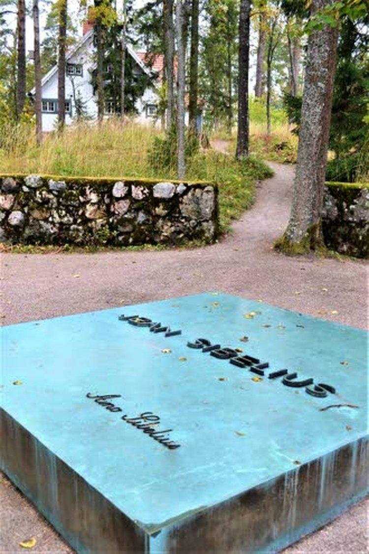 Arkkitehti Lars Sonckin suunnittelema Ainola valmistui vuonna 1904. Ainola oli siitä lähtien Jean Sibeliuksen ja hänen perheensä koti, jossa Sibelius sävelsi suuren osan tuotannostaan. Sibeliusten tyttäret myivät kiinteistön valtiolle vuonna 1972. Samalla perustettiin Ainola-säätiö hoitamaan Ainolaa ja sen puutarhassa sijaitsevaa Sibeliusten hautaa. Vuonna 1974 museona yleisölle avattu Sibeliusten koti on säilytetty autenttisesti siinä asussaan, jossa se oli 1950-luvun alussa isäntäväen eläessä. Aino Sibeliuksen suunnittelemassa puutarhassa on edelleen paljon alkuperäiskasveja.
