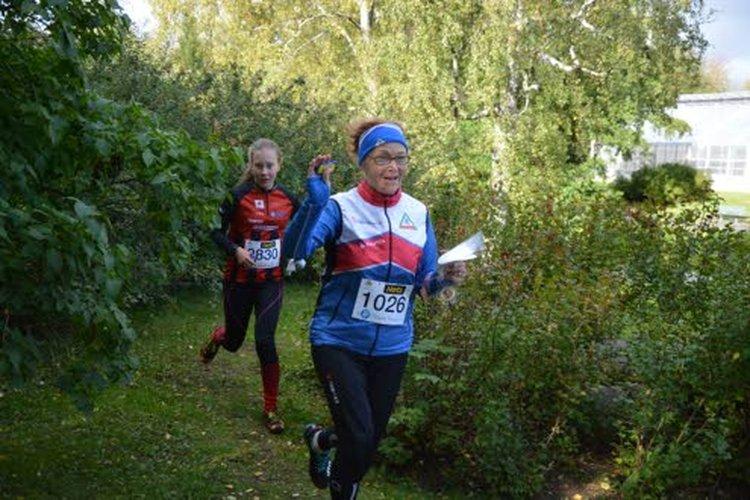 Lahden Suunnistajat -37:n Helena Kämäräinen (edessä) (D65/18.) ja Kalevan Rastin Marikki Juntunen (D15B/7.) suunnistavat SM-sprintissä Oulun Ainolan puistossa. Helenan mielestä sprintissä parasta on sähäkkyys, kartan mittakaava ja iäkkäämmällekin sopivan lyhyt rata.