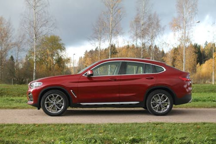 Verrattuna sulavalinjaisempaan serkkuunsa, BMW X3:hun on BMW X4 xDrive20d kasvanut pituutta 81 milliä ja leveyttä 37 milliä.