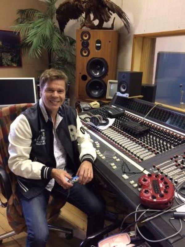 – Meihin suomalaisiin iskee slaavilainen melankolisuus, samoin kuin melodiset italialaiset iskelmät. Sellaista musiikkia Suomessa pitää uskaltaa tehdä, musiikkia suomalaiselle yleisölle, korostaa Jussi Niemi.