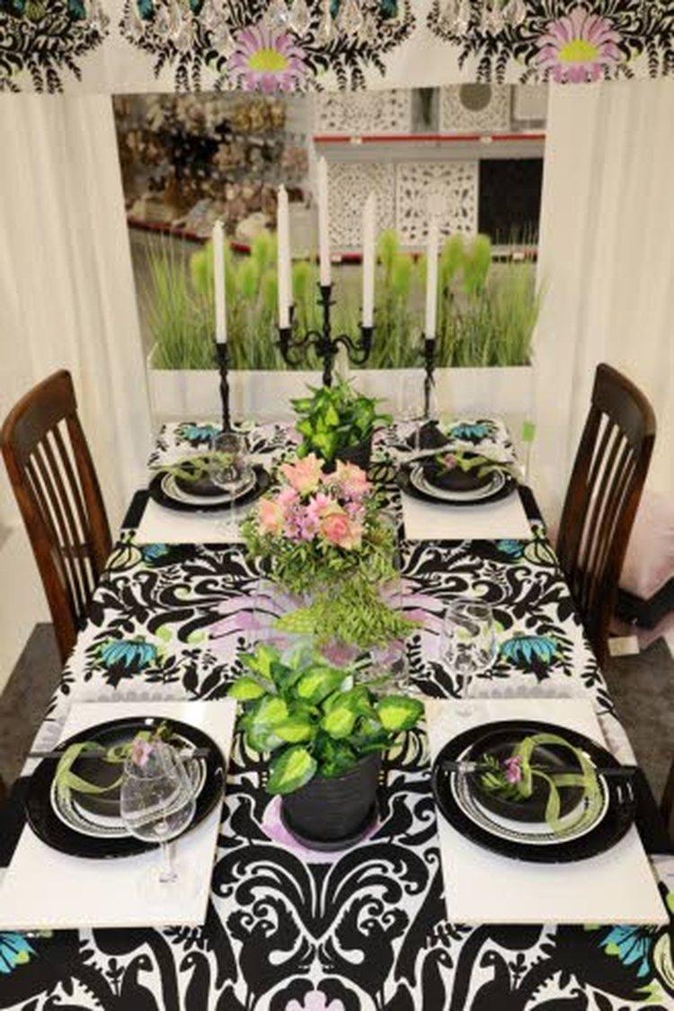 Vallilan Laululintu-kangas luo vahvan, mutta samalla iloisen ja keväisen pohjan kattaukselle. Hento vaaleanpunainen ja vihreä korostavat tyylikkäästi kattauksen lautasten mustaa värimaailmaa.