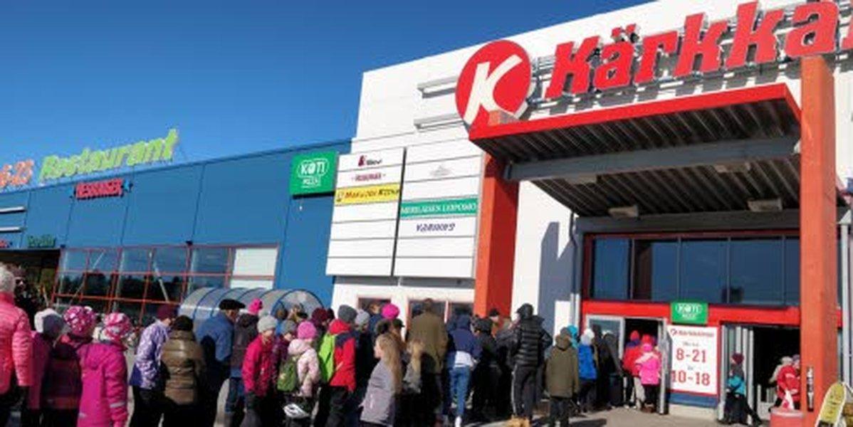 Katja Körkön emännöimän Kotipizzan special-pizza maistui kuntalaisille. Katja pitää Kotipizzaa Iin Kärkkäisellä.