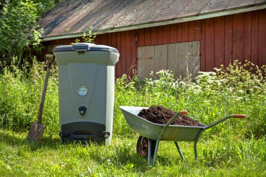 Komposti soveltuu parhaiten pitkäkestoiseen maanparannukseen ja monivuotisten istutusten, kuten puiden, pensaiden ja perennojen hidasliukoiseksi ravinnevarastoksi.
