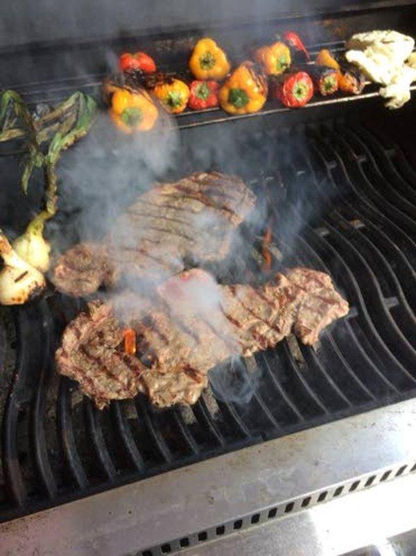 Kaikenlaiset lihat, kalat, kasvikset, juurekset ja hedelmät sopivat grillattavaksi.