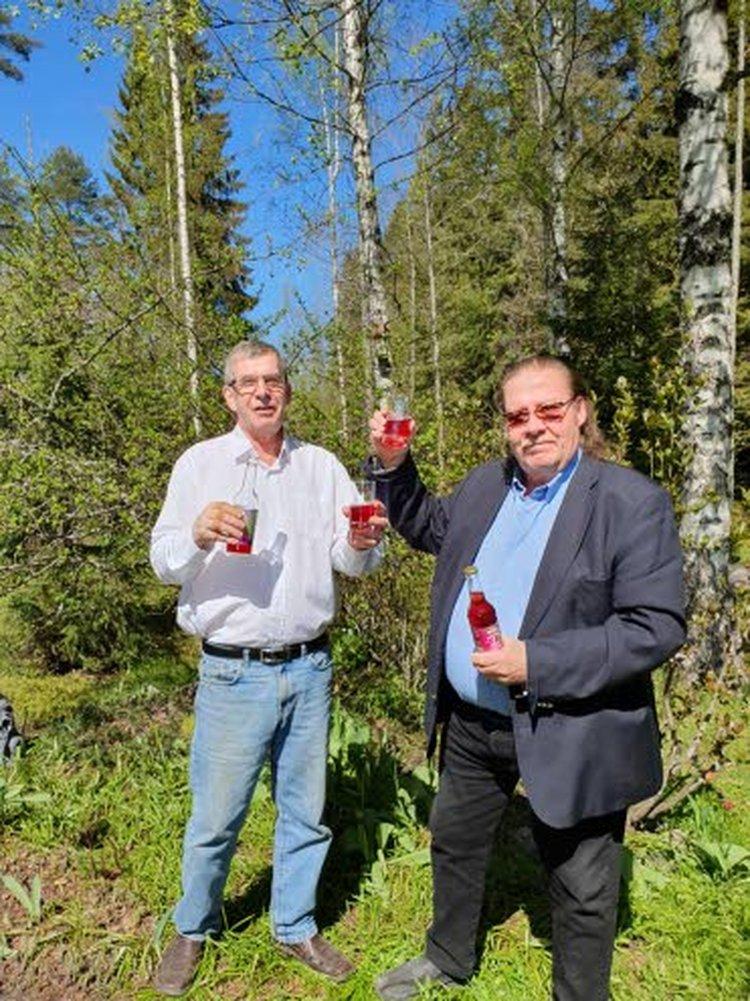Kassu Halonen (oikealla) on tyytyväinen Veikko Karvisen kehittämän Kassun Halosen Revontulijuoman makuun. Juoma on myynnissä Kärkkäisen tavarataloissa kesäkuun loppupuolelta alkaen.