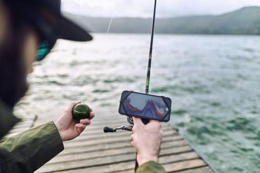 """Deeper Smart Sonar Chirp + """"kaikuluotainpallo"""" kytketään langattomasti Wi-Fi:n kautta älypuhelimeen. Sitten """"pallo"""" heitetään veteen. Kaikuluotain tunnistaa, että vedessä ollaan ja alkaa lähettää informaatiota älypuhelimen näytölle."""