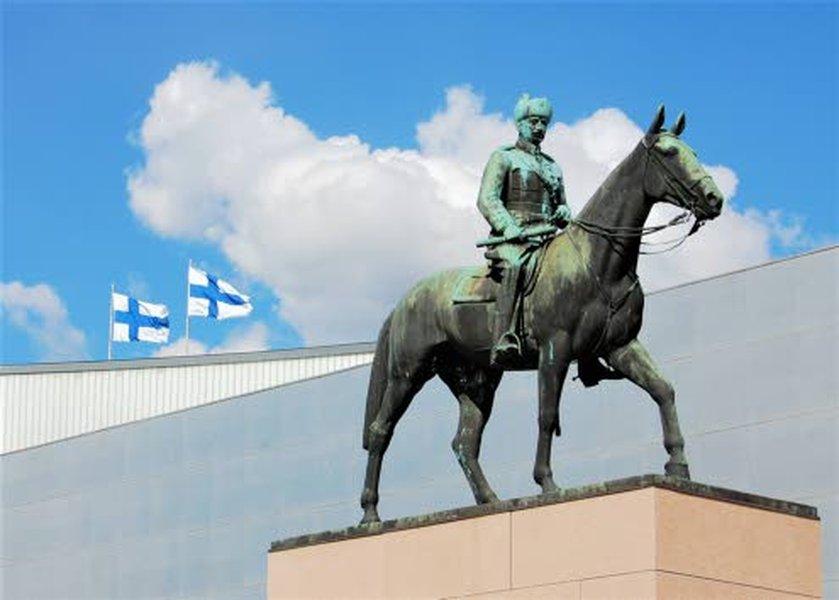 Keisari Aleksantenteri II:n näyttävä patsas Senaatintorilla on yksi Helsingin tunnetuimmista patsaista.