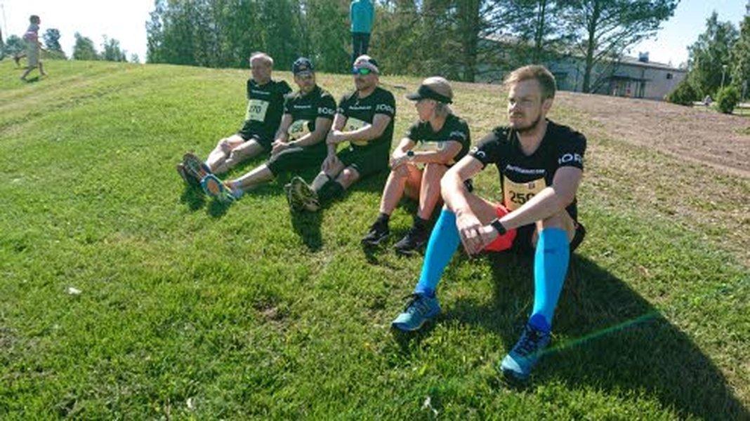Kärkkäisen henkilökuntaa valmistautumassa Vieska Maratoniin sen lähtöpaikalla. Vasemmalta Kari Eskola, Samuli Hietala, Petri Kumpula, Hilkka Hirvi ja Jaakko Luokkala.