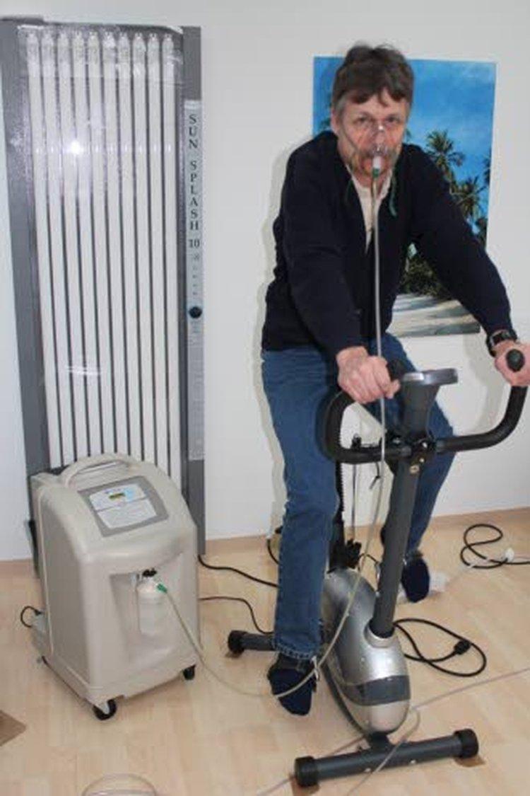 Pekka Lahtinen harrastaa happiliikuntaa kolme-neljä kertaa viikossa. Lahtisen Suomen Happituote välittää tilauksesta NewLife Intensity -merkkistä happirikastinta (kuvassa), joka valmistaa happea 10 litraa minuutissa.