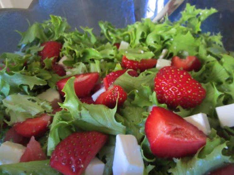 Suurin näkyvä muutos Liisa Heikkisen kuntoutumisessa näkyi ruokalautasella. Joka aterialla on runsaasti vihreää. Kotimaisia marjoja Liisa nauttii päivittäin.