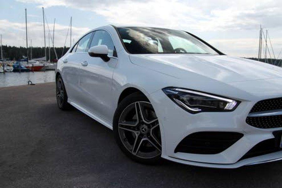 Mercedes-Benz CLAn pehmeän rauhalliseen ulkomuotoon tuovat poikkeuksen ilmeittää ajovalot ja takavalot.