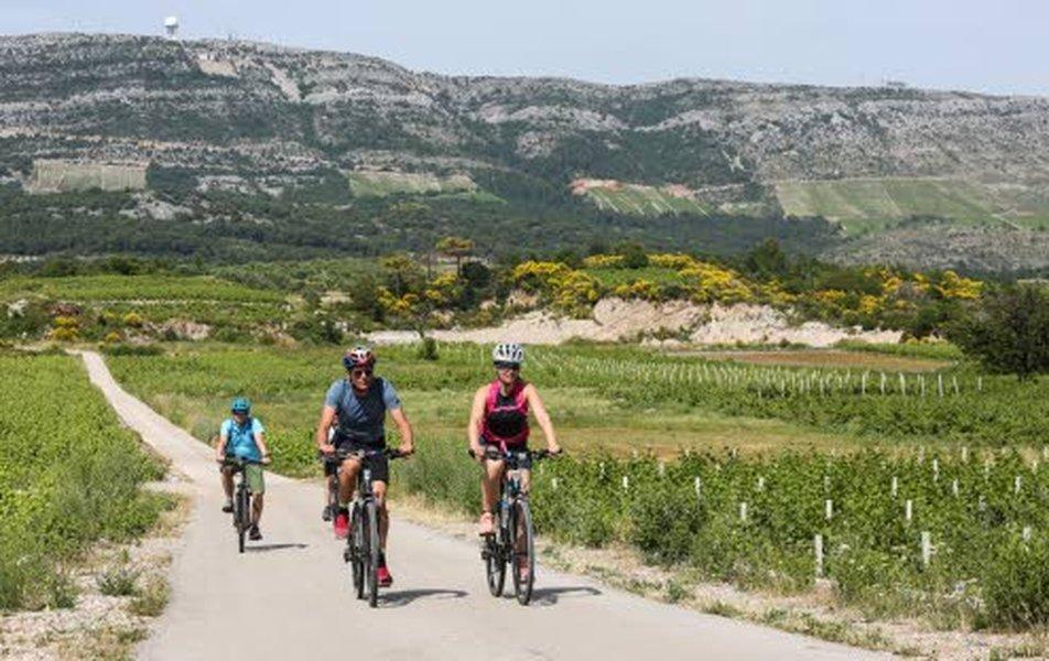 Anu Kiiveri (oikealla) teki kesäkuussa 2019 neljän päivän pyöräilyreissun Kroatiassa.