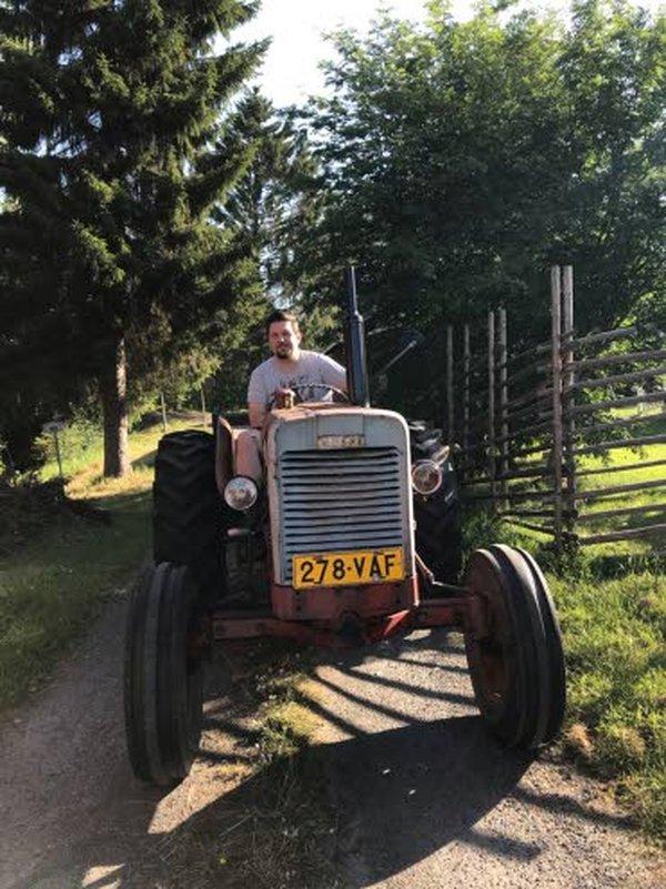 Mika Kuki nauttii kiireisen radiotyön vastapainoksi perheensä kanssa maaseudun rauhasta Raahen Piehingissä. Pienellä avotraktorilla Mika hoitaa tilan töitä.