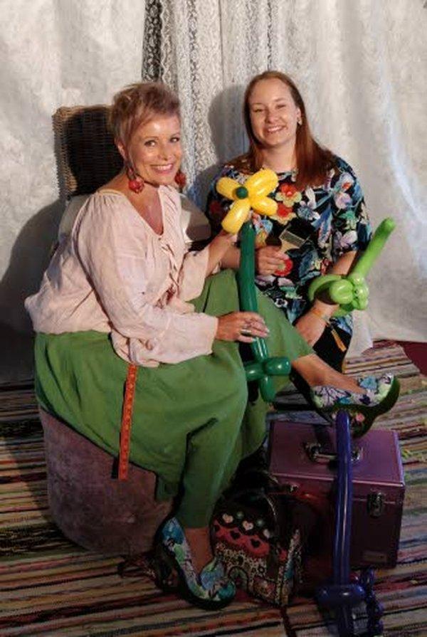 PikkuMinna ja Saana Taikapensseli tekevät ilmapallohahmoja ja kasvomaalauksia lapsille Ylivieskan Kärkkäisellä tavaratalon toisen kerroksen leikkitilassa lauantaina 10. elokuuta kello 11-14 olevana tapahtumapäivänä.