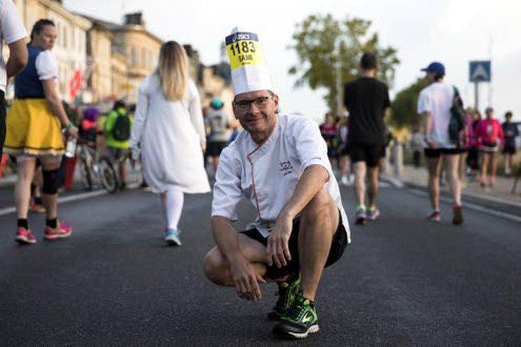 """Sami Garam on juossut 29 maratonia, joista kaksitoista vuosina 2016–17, yhden joka kuukautena. Hän on juossut myös """"toisenlaisia"""" maratoneja, esimerkiksi Médocin viinimaratonin syyskuussa viininkorjuuaikaan, josta tämä Kasper Garmanin ottama kuva."""
