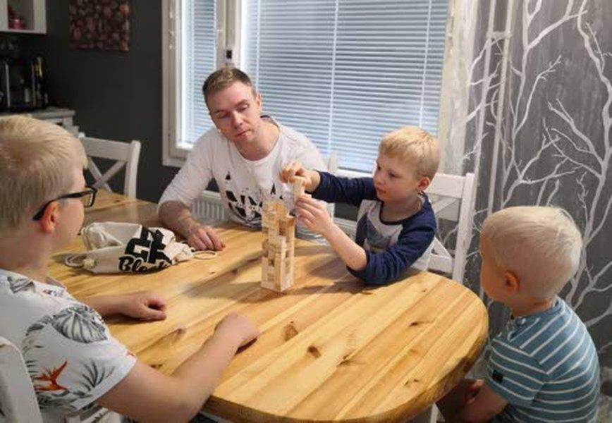 TONGA Blocks pelin kehittäjän Pasi Hännisen pojat, Aatu (vas.), Eeli (Pasin vieressä) ja Eetu ovat innokkaana testanneet isän kehittämää peliä, ja mieltyneet siihen. Puiset palikat kulkevat kätevässä ja nykyään hyvin trendikkäässä kangaskassissa.