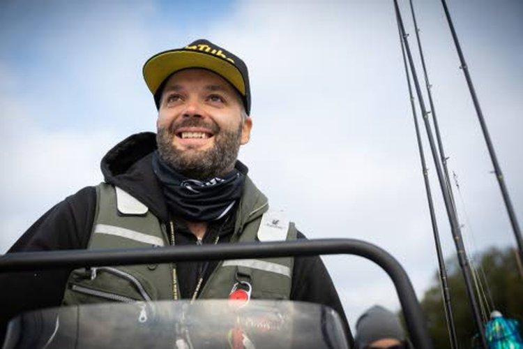 Valokuvaaja Jenni Rättyä sai Ainu Veteläisen ohella päivän toisen 30 sentin ahvenen.