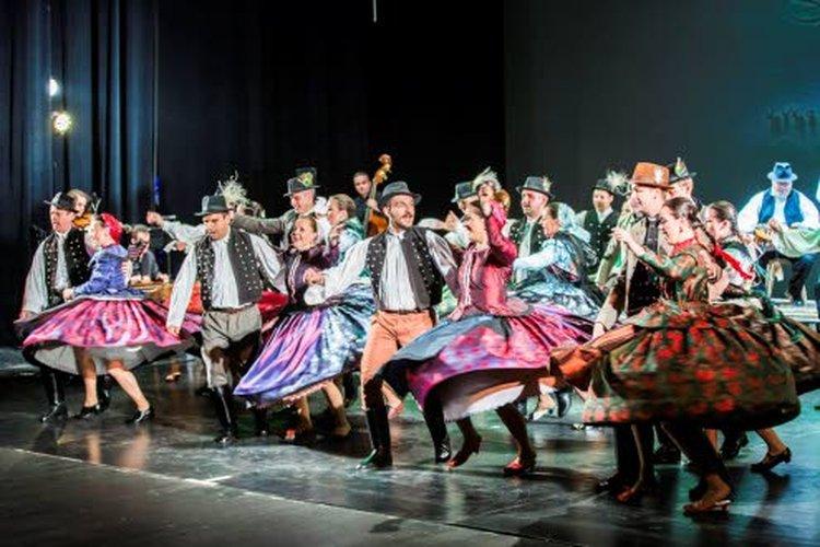 Unkarin Székesfehérvárista kotoisin oleva Alba Regia Dance Ensemble -ryhmä tulkitsee Hollo ja Martta -festivaalissa perinteisestä unkarilaista kansantanssia uusin koreografioin.