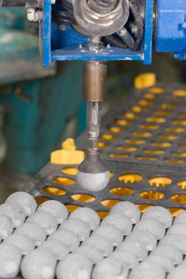 Hukka Design Oy valmistaa itse osan vuolukiviesineiden työstämiseen tarvittavista laitteista ja teknologiasta, tuotanto on niin erikoistunutta.
