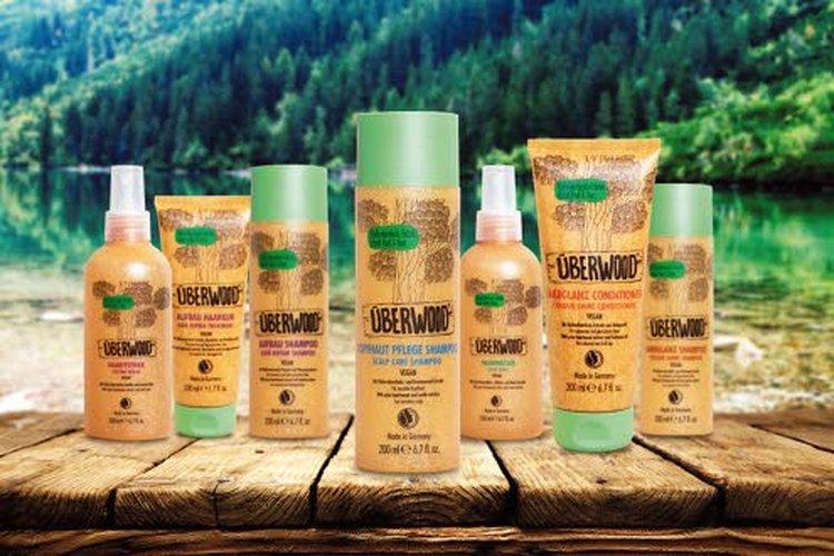 Überwoodin valikoimaan kuuluvat NaTrue-sertifioidut, luonnonmukaiset hiustenhoitotuotteet, joissa päävaikuttavana ainesosana on männyn sydänpuun uute.