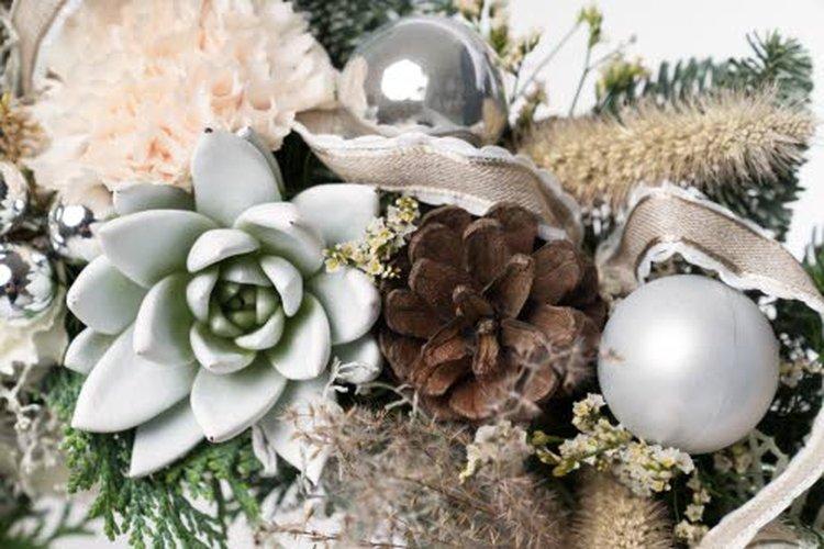 2.Trendikkäissä kukka-asetelmissa on valkoista ja luonnonläheisiä sävyjä sekä kuivia heiniä ja oksia.