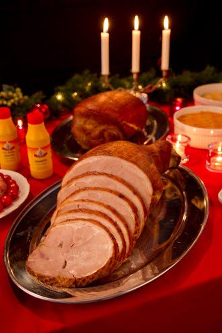 Osalle sinappi on ainoa oikea kinkun kastike, toiset tekevät paistoliemestä kastikkeen. Kinkun kanssa maistuvat perinteiset joululaatikot: lanttu, porkkana ja peruna. Kuva: Lihatukku Veijo Votkin Oy.