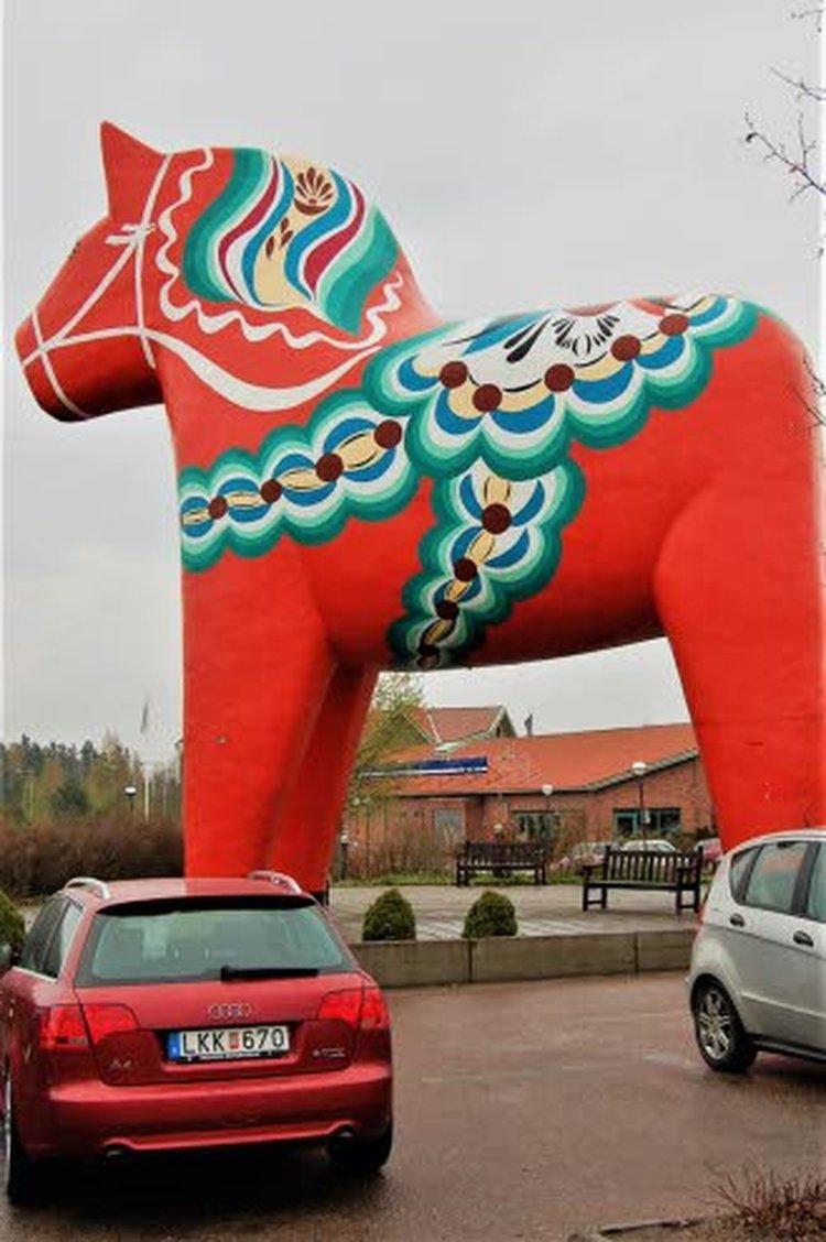 Carl Larssonin tytär Brita jouluomenineen on yksi Ruotsin tunnetuimmista joulukuvista.