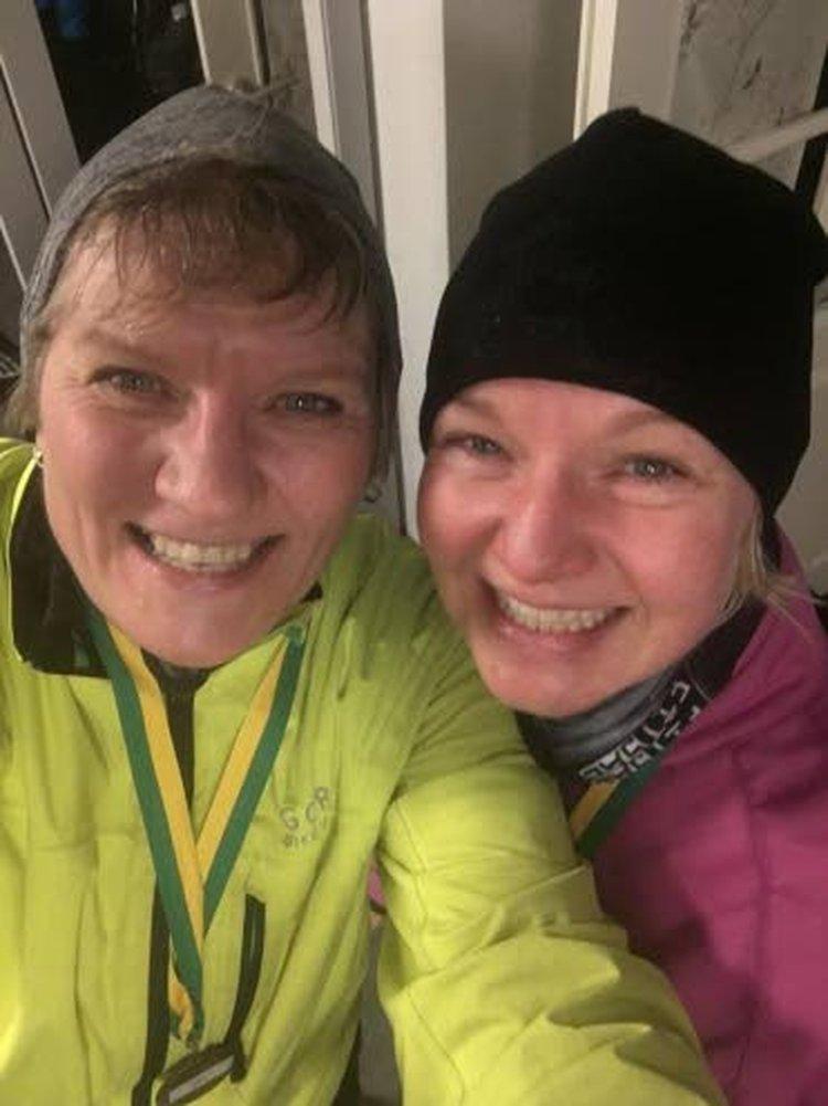 Sisarukset juoksun jälkeisissä fiiliksissä viime uutena vuotena. Mia Kylmäsen sisar Hanne Kortesoja vasemmalla, Mia oikealla.