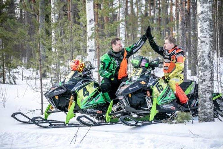Mikko Hämäläisellä Artic catin moottorikelkassa numero 4. Joni Behmillä numero 5. Kuva: Jussi Silvennoinen.