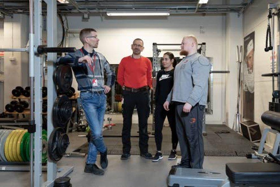 Pasi Eskola (vasemmalla), Sami Tuomikoski ja Nita Puro ovat sitoutuneet puolen vuoden kuntosaliharjoitteluun Jarkko Perttulan (oikealla) ohjauksessa.