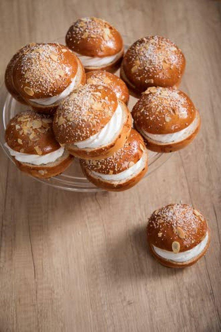 Yrjö Häggmanin mukaan mantelimassa on alkuperäinen laskiaispullassa, pula-aika toi hillon mantelimassan tilalle.