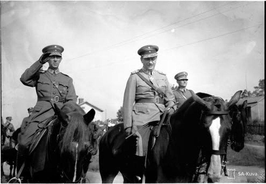 Karjalan kannaksen suurten sotaharjoitusten päätösparaati pidettiin Viipurissa 13. elokuuta 1939. Kuvassa keskellä puolustusneuvoston puheenjohtaja sotamarsalkka Mannerheim, oikealla sotaväen päällikkö kenraaliluutnantti Hugo Österman ja vasemmalla Armeijakunnan komentaja kenraaliluutnantti Harald Öhquist. SA-kuva.