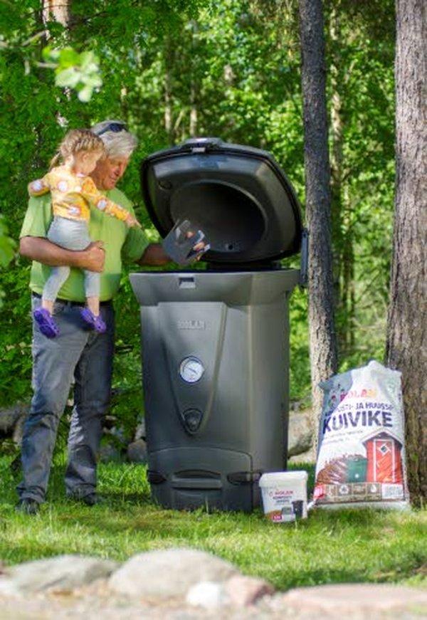 Keittiöstä tulevasta biojätteestä kompostiin kelpaavat esimerkiksi ruoantähteet, pilaantuneet elintarvikkeet, vihannesten ja hedelmien kuoret, kahvinporot suodatinpusseineen, teepussit sekä pienet määrät pehmopaperia eli talouspaperia, mutta esimerkiksi kultakoristereunaiset lautasliinat eivät sopi kompostointiin.