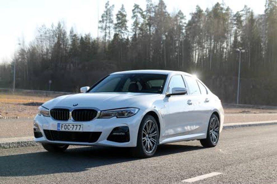 BMW 330e Sedan -hybridi liikkuu tarvittaessa todella reippaasti. Lisäpotkun ansiosta auto kiihtyy satasen vauhtiin parhaimmillaan 6,0 sekunnissa.
