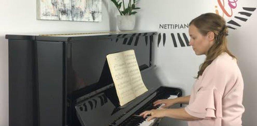 – Suunnittelin nettipianokoulun alunperin isommille lapsille ja aikuisille, mutta moni lapsiperhe on kertonut opetuksen toimivan hienosti vanhemman tuella myös nuoremmille lapsille. Vähän kauempana musiikkiopistoista asuville ja vaikkapa pitkäaikaissairaille lapsille se mahdollistaa harrastamisen ilman paikan päälle pianotunnille menoa. Opiskelu onnistuu näppärästi kotoa käsin, omien aikataulujen mukaan. Näin säästyy aikaa ja vaivaa, korostaa Ilona Vähäsöyrinki.