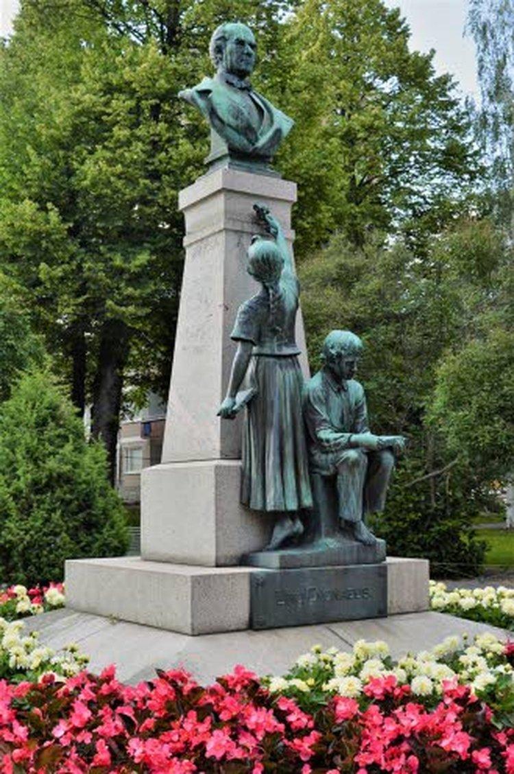 Uno Cygnaeuksen patsas Jyväskylässä on kaupungin ensimmäinen julkinen veistos ja muistomerkki. Se on rahoitettu Suomen kansakouluopettajien yhteiskeräyksellä ja seisoo Cygnauksen puistossa kaupunginkirjaston naapurissa. Oiva kesämatkan tutustumiskohde koulujen kohta alkaessa.