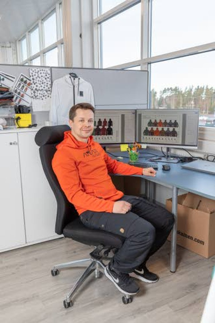 – Työhousuina niin fyysisessä työssä kuin myös istuvassa toimistotyössä Anar-housut ovat lyömättömät. Materiaali on hengittävää ja miellyttävää päällä. Housut istuvat hyvin, koska mallistossamme panostamme kaavoitukseen huomioiden eri vartalotyyppien vaatimukset istuvuudelta, Anarin tuotepäällikkö Jussi Turunen toteaa ja istuu kuvassa Anar-housuissa itsekin työpöytänsä ääressä.