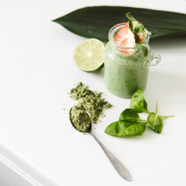 Lehtivihreä nostaa immuniteettia, virkistää kehoa ja puhdistaa maksaa. Smoothieihin saa vihreää viherjauheista, pinaatista, lehtikaalista sekä luonnon villivihanneksista.