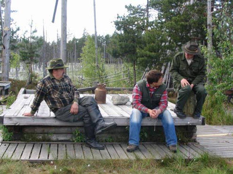 Reino (vas.) ja Marko Haanpää sekä Reinon ohella tarinankertojana toimiva Kohtasen Esko pitävät huolta, että vieraat viihtyvät Reinon Tuvalla.