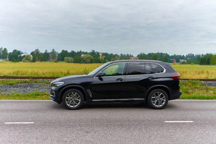 BMW X5 xDrive45e on varustettu ilmajousituksella ja sähkösäätöisellä iskunvaimennuksella.