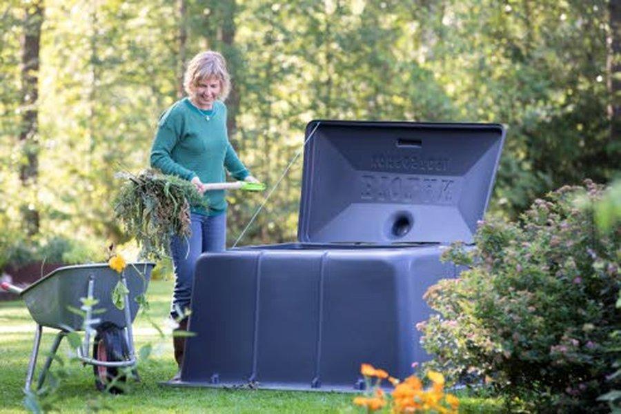 Biolanin puutarhaneuvoja Riikka Kerttulan mukaan puutarhakompostoriin voi laittaa kaikki syksyn lehdet sekä kuivuneet oksat ja myös kaiken muun puutarhajätteen, kuten esimerkiksi naatit, huonolaatuiset juurikasvit ja pudonneet ylijäämäomenat.