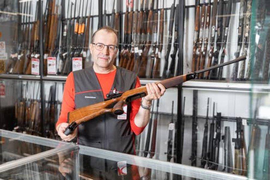 Tuomo Kangas on perehtynyt laaja-alaisesti sekä metsästysaseisiin että muihin ampuma-aseisiin. Hän työskentelee Kärkkäisen Ylivieskan tavaratalossa ase- ja eräosastolla pro-asemyyjänä. Kuva: Iida Lesell.