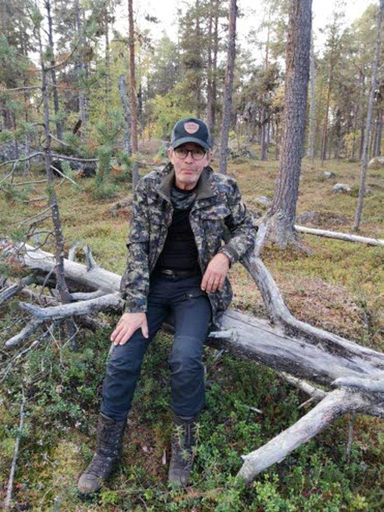 Pentti Pena Katajala kurvailee Ylivieskan Kärkkäisellä potkulaudalla työtehtävästä toiseen.