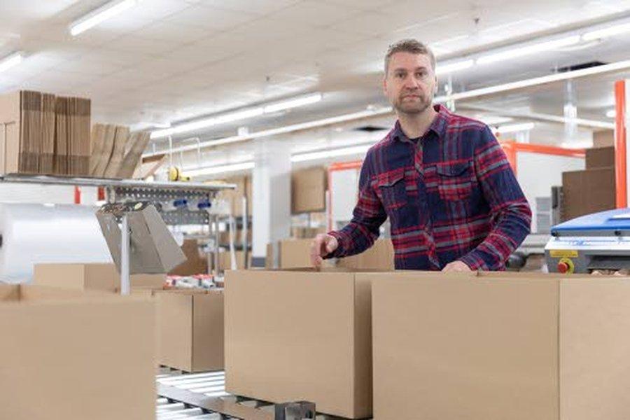 Verkkokaupan johtaja Janne Kärkkäinen on saanut hyvää palautetta .oikean kokoisista. pakkauslaatikoista.