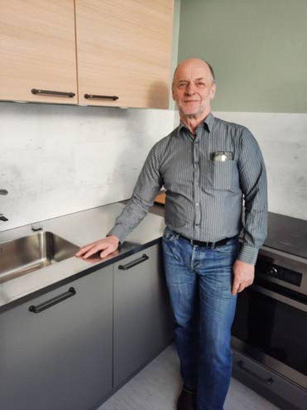 Hannu Mäkelän omistama HM Keittiö Oy toimii Lahdessa Laatukadulla. Yrittäjä-Hannun lisäksi asiakkaita palvelee kaksi myyjää.