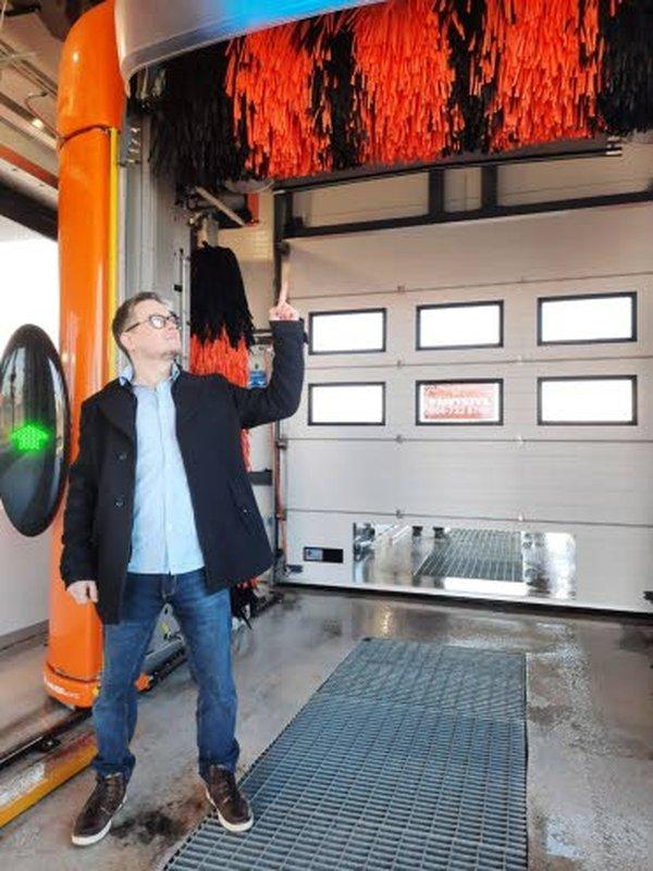 A-Tomaatin yrittäjä Marko Rekonen on tyytyväinen uuteen kotimaiseen pesukoneeseen.