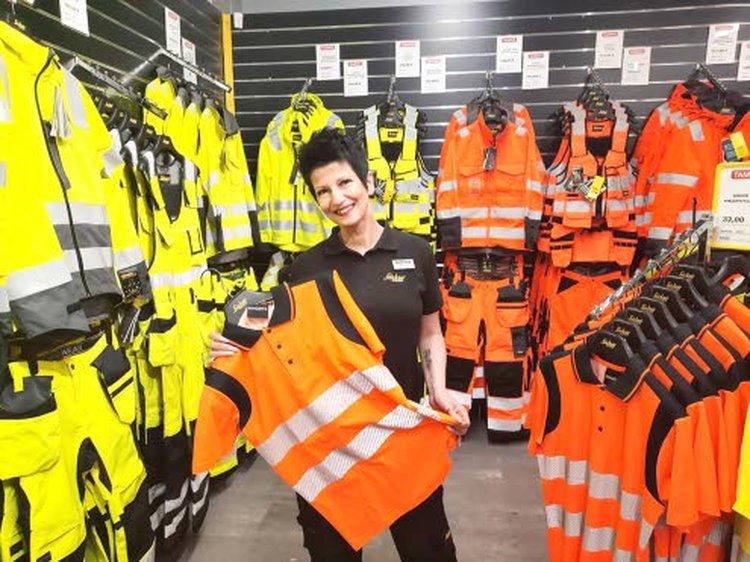 Kaija Veijonmaa palvelee asiakkaita Lahden Tamrexin myymälässä.